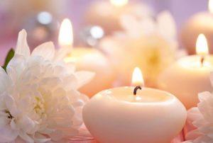 Bougie et fleurs blanches