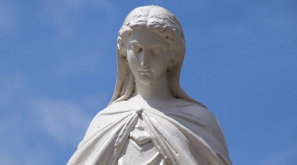 Buste de la Vierge Marie, aux traits rappelant le style greco-romain