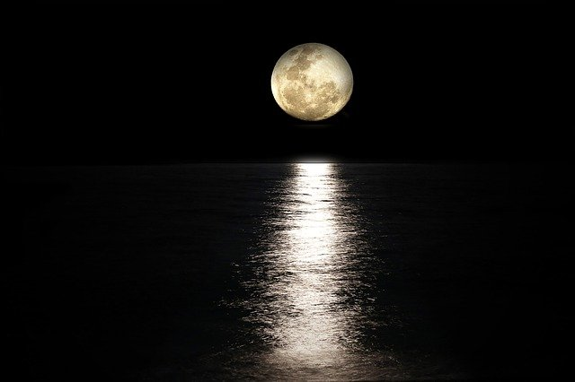 Pleine Lune au-dessus de l'Océan