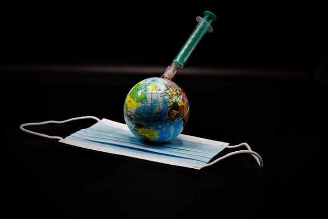 Masque jetable, planète Terre et vaccin anti-Covid